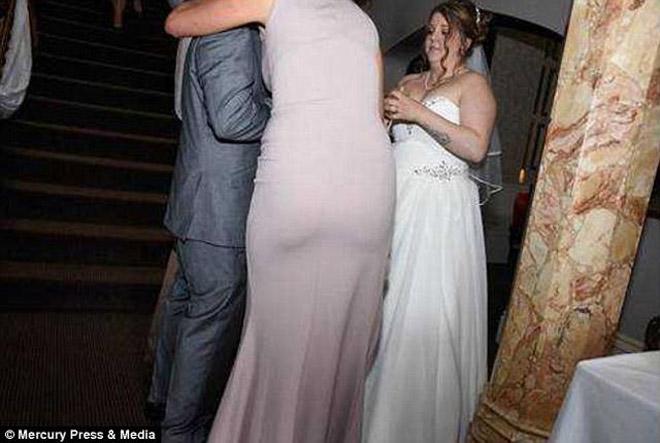 Xem ảnh cưới, cặp đôi sốc nặng khi nhiếp ảnh toàn chụp ngực và mông phù dâu - hình ảnh 4