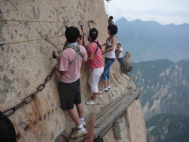 Cận cảnh con đường nguy hiểm nhất Trung Quốc - 12