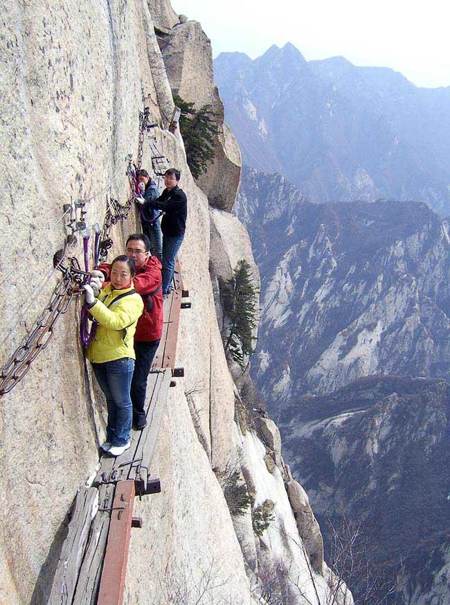 Cận cảnh con đường nguy hiểm nhất Trung Quốc - 16