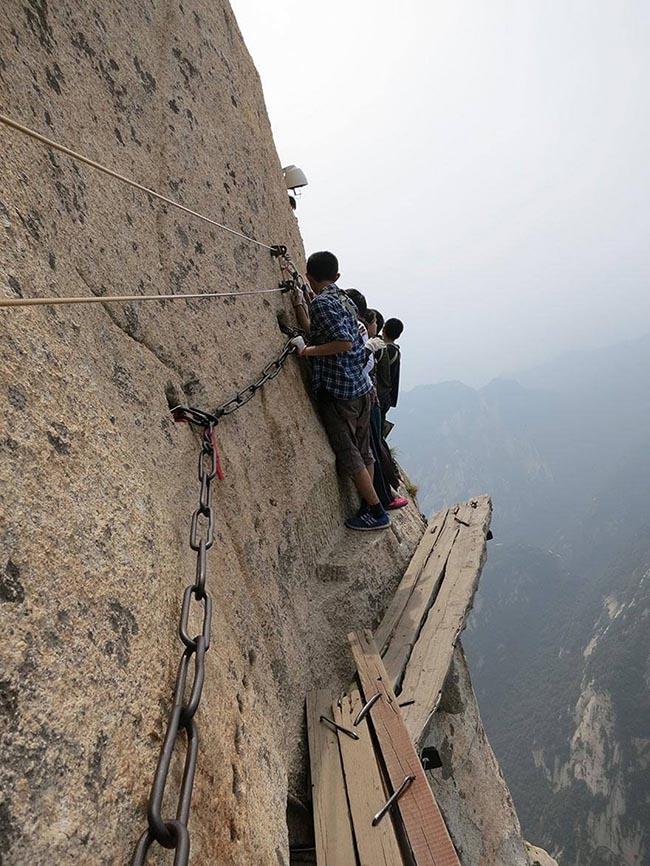 Cận cảnh con đường nguy hiểm nhất Trung Quốc - 20