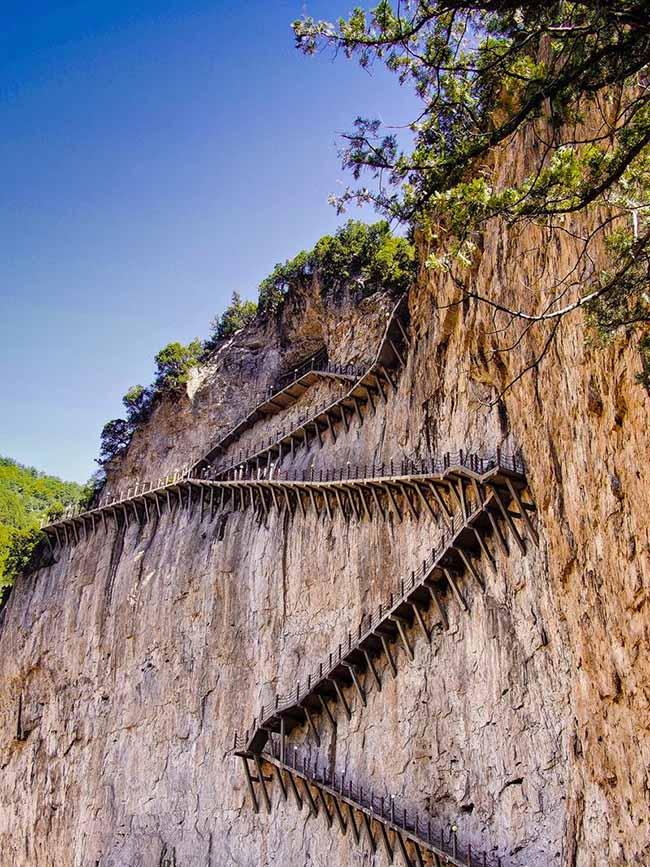 Cận cảnh con đường nguy hiểm nhất Trung Quốc - 5