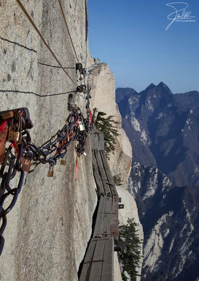 Cận cảnh con đường nguy hiểm nhất Trung Quốc - 9