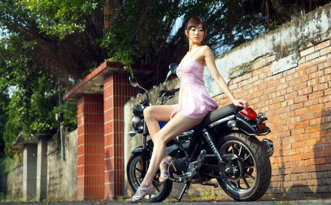 Ngơ ngác trước vẻ đẹp tựa nữ thần của chân dài bên xế nổ