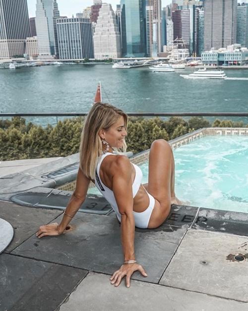 Nữ cảnh sát cởi đồng phục, mặc bikini hot hơn cả người mẫu - hình ảnh 4