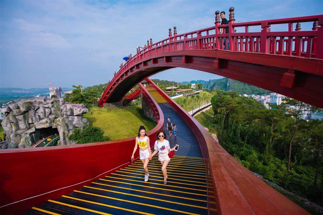 Sau cây cầu Vàng ở Đà nẵng, giới trẻ ùn ùn kéo đến check-in cầu Koi ở Hạ Long - 3