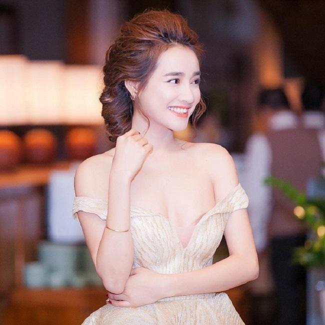 Vợ Trường Giang, Trấn Thành mặc khoe eo, giấu quần cực gợi cảm - hình ảnh 5