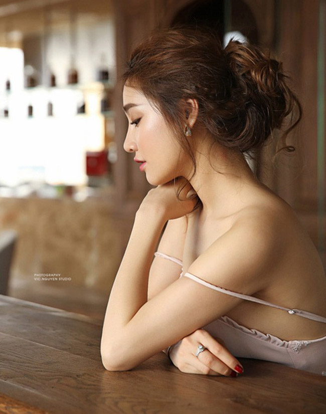 Vợ Trường Giang, Trấn Thành mặc khoe eo, giấu quần cực gợi cảm - hình ảnh 10