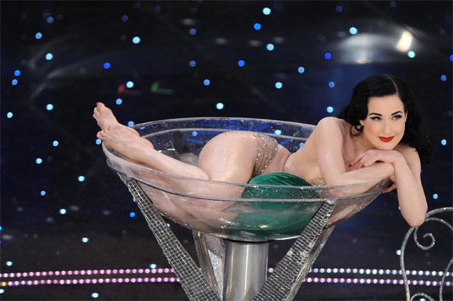Nội y đã mặc là phải gợi cảm tuyệt đối như vũ nữ thoát y được Beckham ái mộ - hình ảnh 1