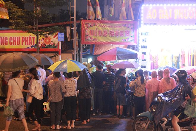 Ảnh: Hàng nghìn người đội mưa dự lễ Vu Lan ngoài đường - 2