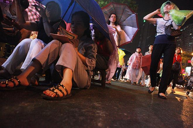 Ảnh: Hàng nghìn người đội mưa dự lễ Vu Lan ngoài đường - 4