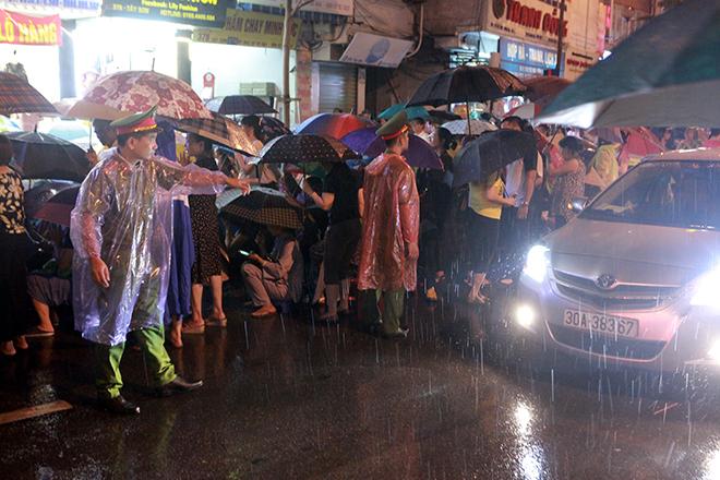 Ảnh: Hàng nghìn người đội mưa dự lễ Vu Lan ngoài đường - 3