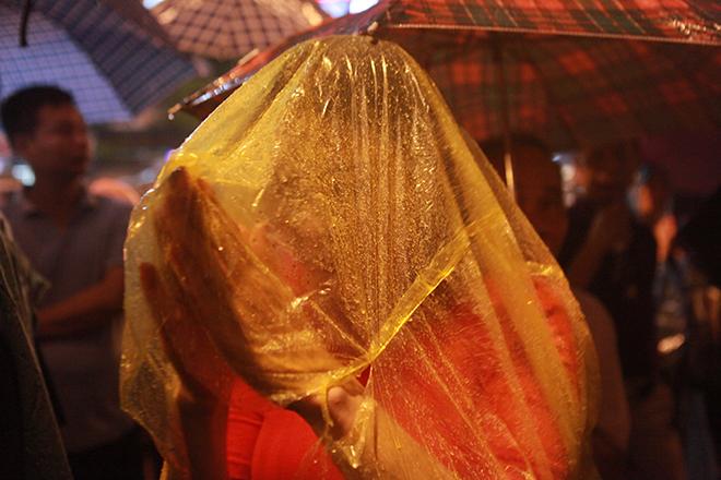 Ảnh: Hàng nghìn người đội mưa dự lễ Vu Lan ngoài đường - 9