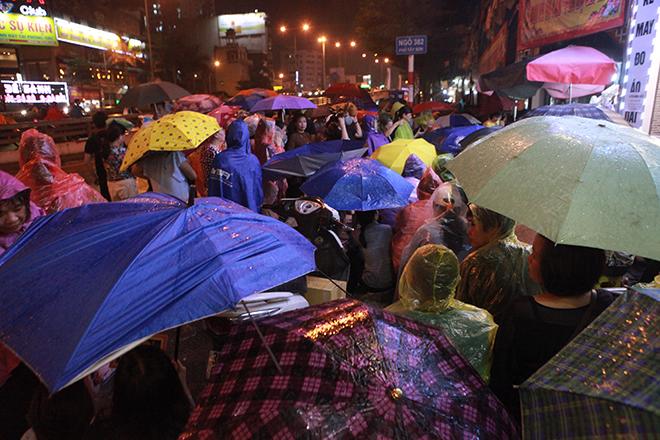 Ảnh: Hàng nghìn người đội mưa dự lễ Vu Lan ngoài đường - 7
