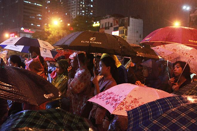 Ảnh: Hàng nghìn người đội mưa dự lễ Vu Lan ngoài đường - 6