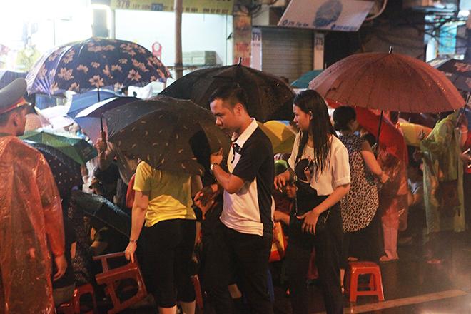 Ảnh: Hàng nghìn người đội mưa dự lễ Vu Lan ngoài đường - 5