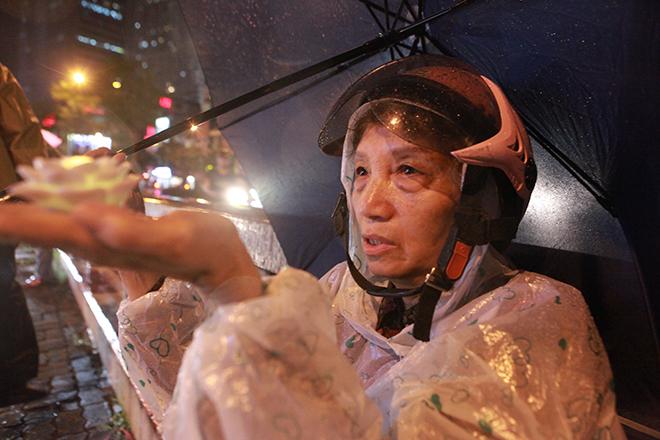 Ảnh: Hàng nghìn người đội mưa dự lễ Vu Lan ngoài đường - 8