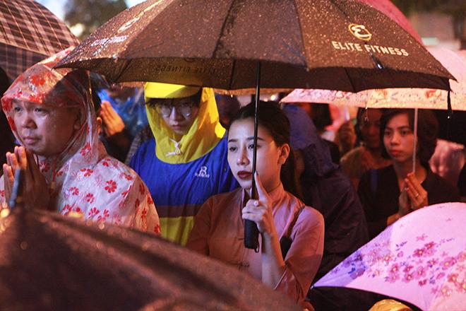 Ảnh: Hàng nghìn người đội mưa dự lễ Vu Lan ngoài đường - 11