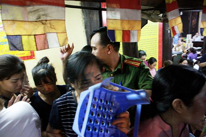 Ảnh: Hàng nghìn người đội mưa dự lễ Vu Lan ngoài đường - 15