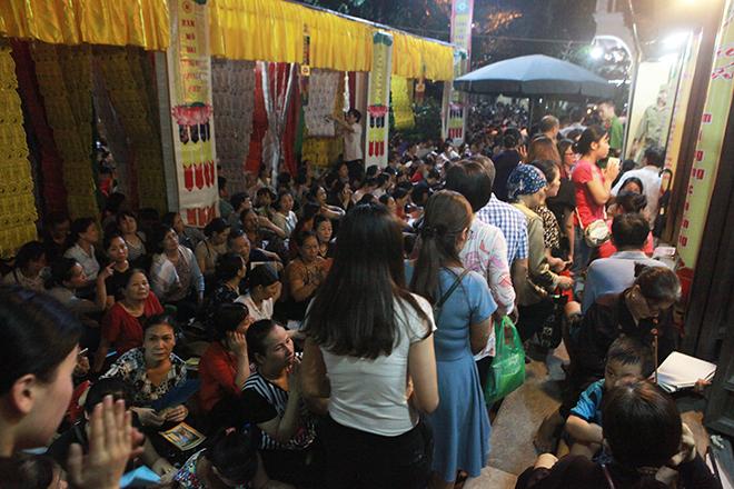 Ảnh: Hàng nghìn người đội mưa dự lễ Vu Lan ngoài đường - 13