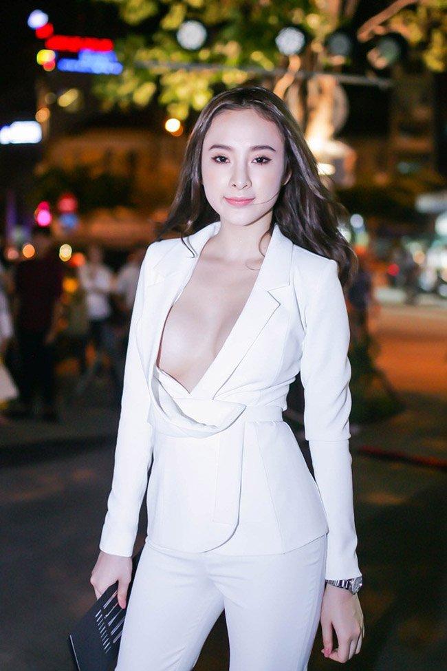 """Những chiếc váy """"để đời"""" khiến Vũ Ngọc Anh, Mai Phương Thúy lúng túng che chắn - hình ảnh 7"""