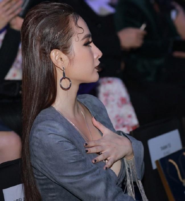 """Những chiếc váy """"để đời"""" khiến Vũ Ngọc Anh, Mai Phương Thúy lúng túng che chắn - hình ảnh 8"""