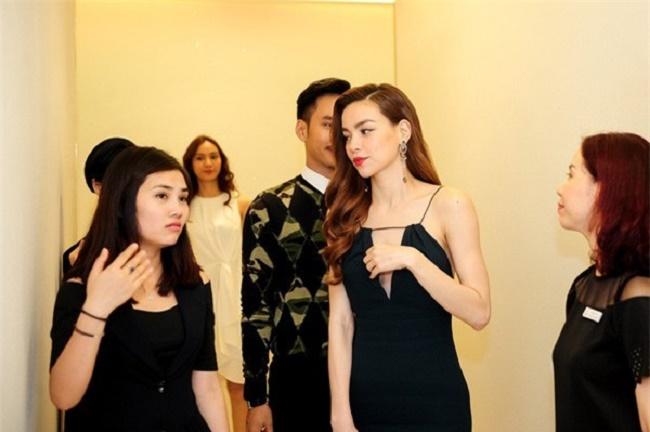 """Những chiếc váy """"để đời"""" khiến Vũ Ngọc Anh, Mai Phương Thúy lúng túng che chắn - hình ảnh 11"""