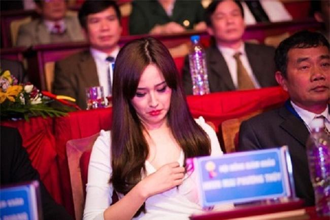"""Những chiếc váy """"để đời"""" khiến Vũ Ngọc Anh, Mai Phương Thúy lúng túng che chắn - hình ảnh 13"""