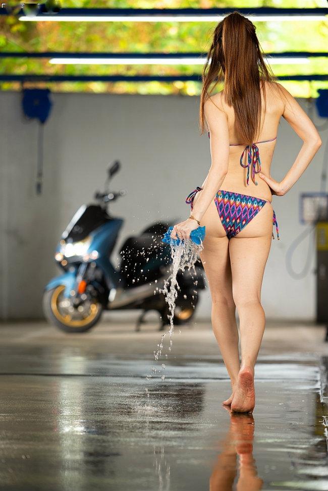 Đứng hình trước cảnh người đẹp diện bikini rửa xe