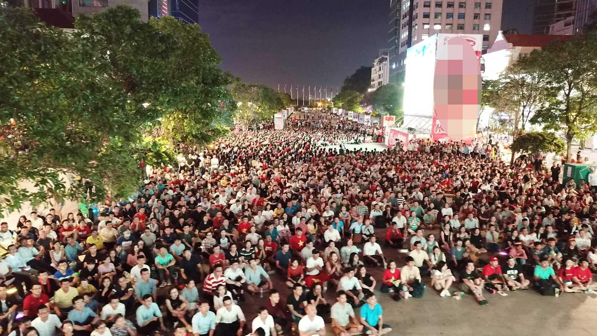 Sau vỡ òa hạnh phúc, người hâm mộ U23 Việt Nam có hành động bất ngờ trên phố đi bộ - 1