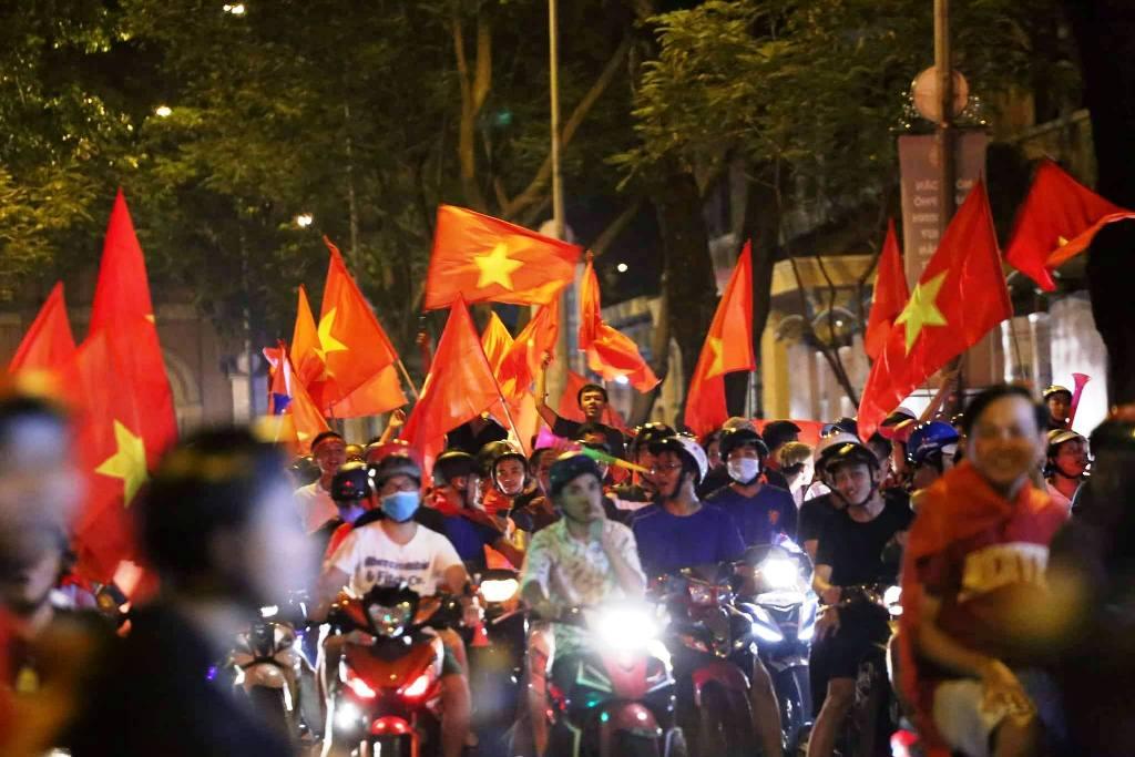 """Ngàn người thức trắng đêm đi """"bão"""", mừng chiến thằng nghẹt thở của U23 Việt Nam - 2"""
