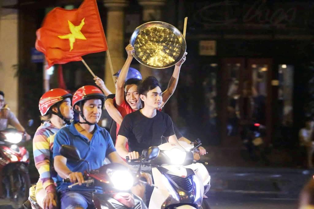 """Ngàn người thức trắng đêm đi """"bão"""", mừng chiến thằng nghẹt thở của U23 Việt Nam - 4"""