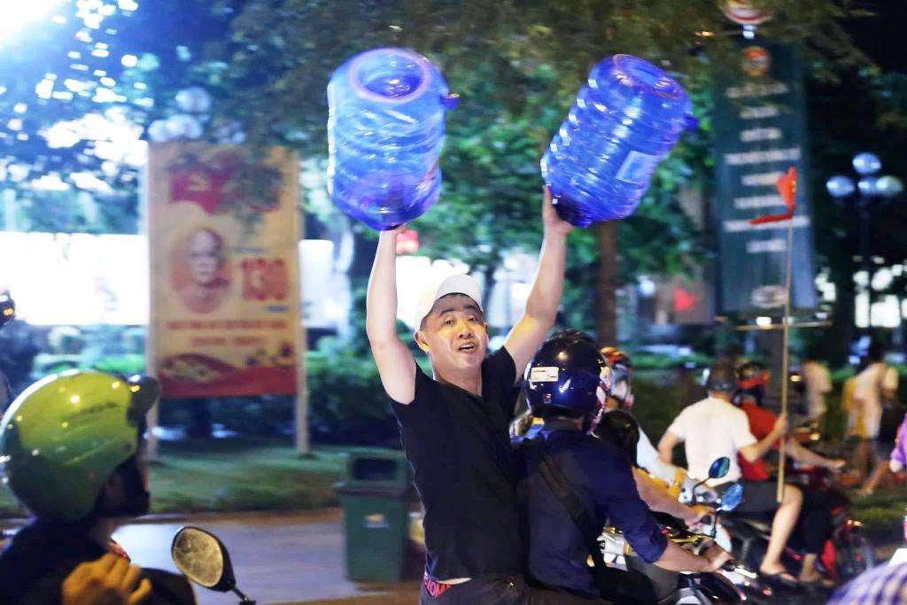 """Ngàn người thức trắng đêm đi """"bão"""", mừng chiến thằng nghẹt thở của U23 Việt Nam - 5"""