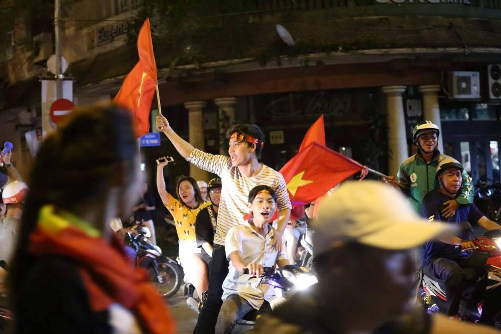 """Ngàn người thức trắng đêm đi """"bão"""", mừng chiến thằng nghẹt thở của U23 Việt Nam - 12"""