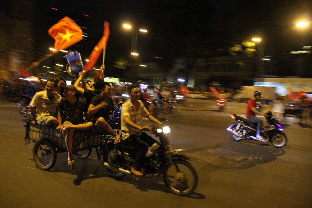 """Ngàn người thức trắng đêm đi """"bão"""", mừng chiến thằng nghẹt thở của U23 Việt Nam - 10"""