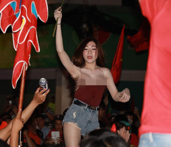 Cổ động viên nữ mặc áo trễ quá sexy ăn mừng U23 Việt Nam hạ Syria