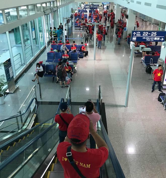 CĐV nhuộm đỏ Tân Sơn Nhất, sang Indonesia xem U23 Việt Nam - U23 Hàn Quốc - 1