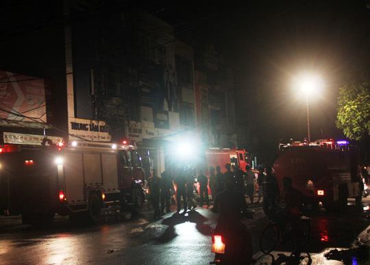 Cháy lớn trên phố sầm uất nhất Thanh Hóa, tân Giám đốc Công an tỉnh tới hiện trường - 2