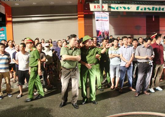 Cháy lớn trên phố sầm uất nhất Thanh Hóa, tân Giám đốc Công an tỉnh tới hiện trường - 4