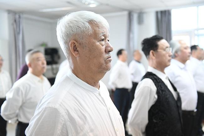 Nam giới trung niên Trung Quốc học làm người mẫu - hình ảnh 3