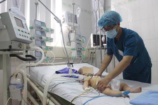 """Bé trai 6 tháng tuổi nguy kịch sau khi được chữa """"mở khoá đầu"""" - hình ảnh 1"""