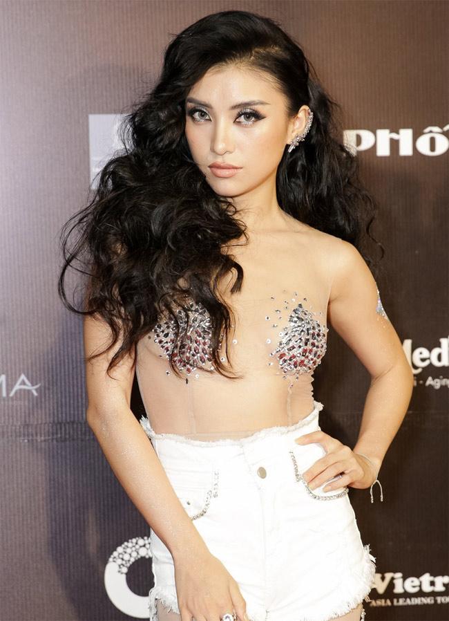 Những bộ váy mặc như không gây tranh cãi của Thuỷ Tiên, Hà Hồ và người đẹp Việt - hình ảnh 8