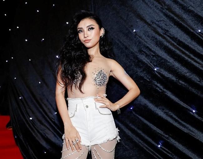 Những bộ váy mặc như không gây tranh cãi của Thuỷ Tiên, Hà Hồ và người đẹp Việt - hình ảnh 7