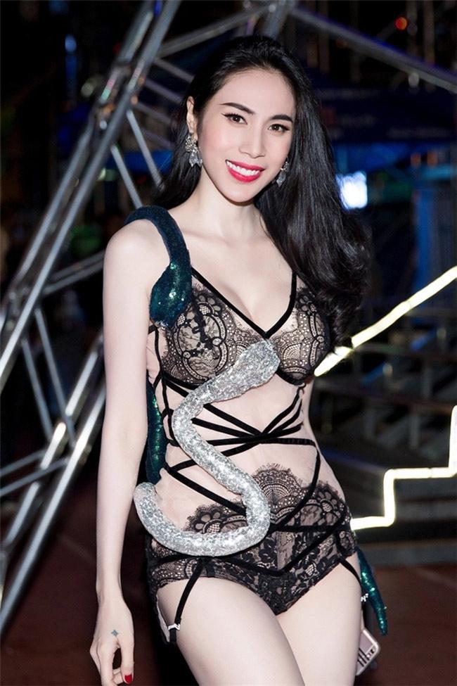 Những bộ váy mặc như không gây tranh cãi của Thuỷ Tiên, Hà Hồ và người đẹp Việt - hình ảnh 10