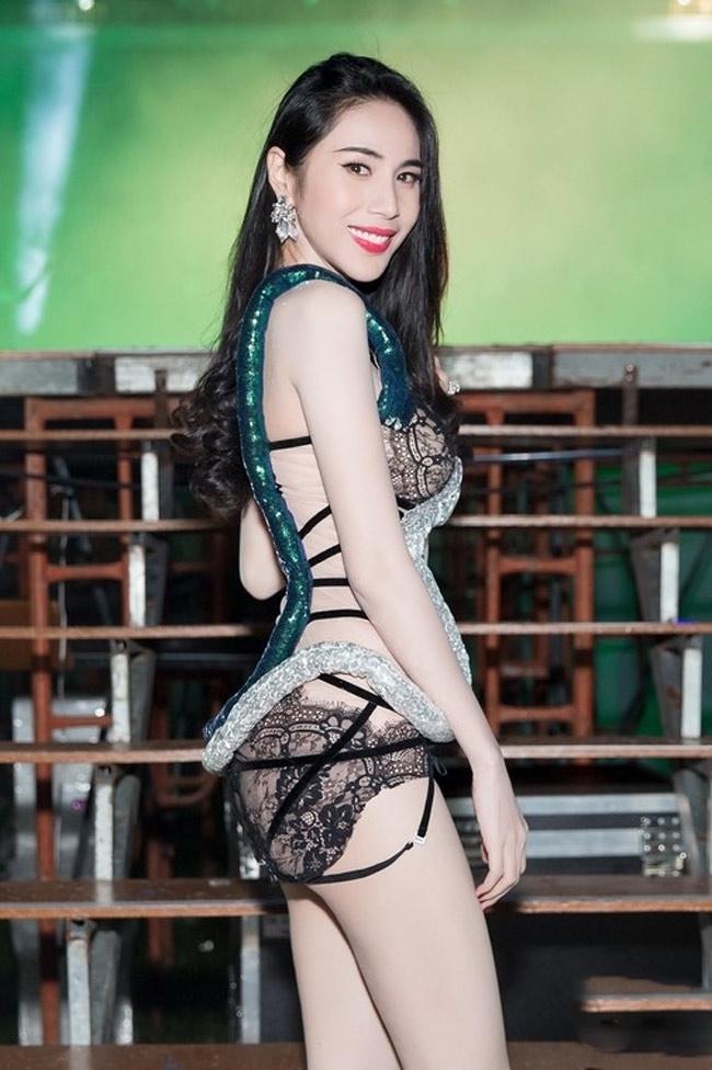 Những bộ váy mặc như không gây tranh cãi của Thuỷ Tiên, Hà Hồ và người đẹp Việt - hình ảnh 11