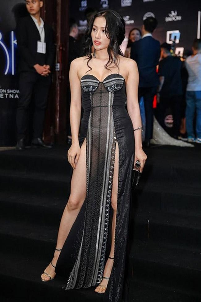 Những bộ váy mặc như không gây tranh cãi của Thuỷ Tiên, Hà Hồ và người đẹp Việt - hình ảnh 12
