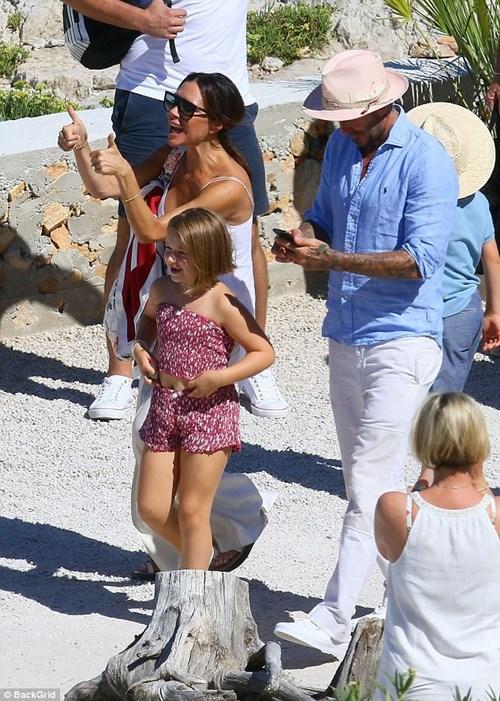 Con gái út của Beckham gây tranh cãi vì mặc áo hở rốn, mang giày cao gót - hình ảnh 4