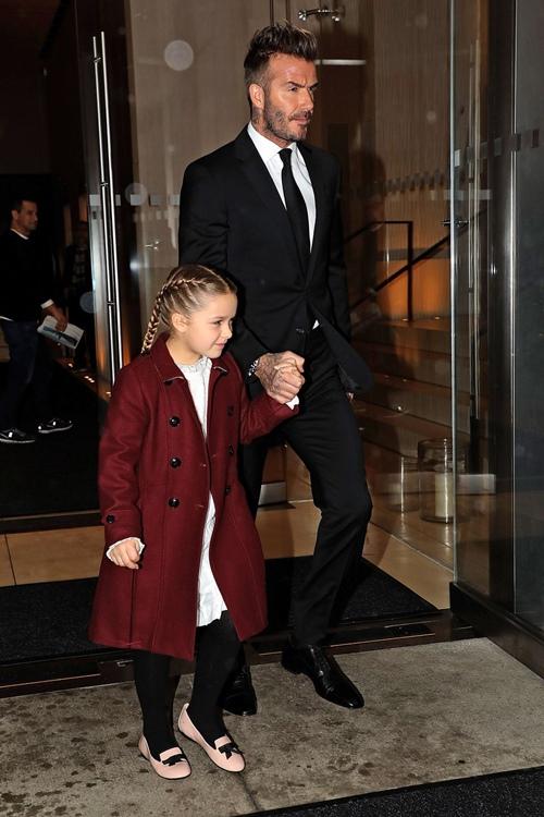 Con gái út của Beckham gây tranh cãi vì mặc áo hở rốn, mang giày cao gót - hình ảnh 2