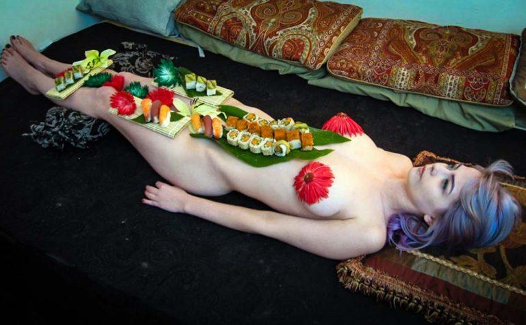 Mẫu nude bàn tiệc sushi kể chuyện lấy cơ thể làm đĩa đựng thức ăn - hình ảnh 2