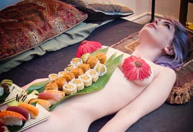 Mẫu nude bàn tiệc sushi kể chuyện lấy cơ thể làm đĩa đựng thức ăn - hình ảnh 1