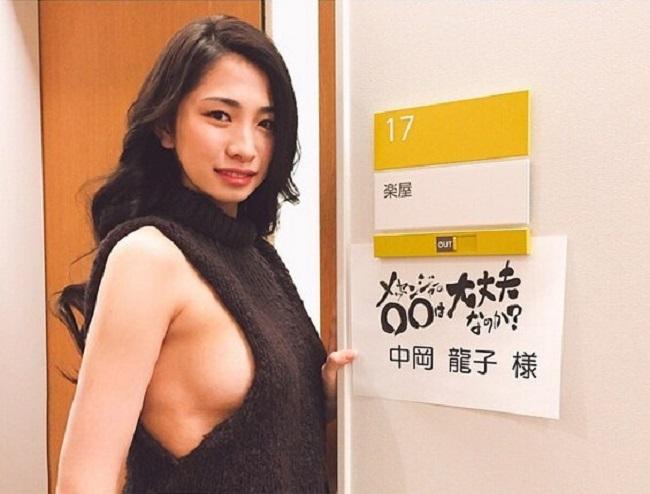2 mẫu Nhật nóng bỏng vô tư làm điều xấu hổ trên truyền hình - hình ảnh 12